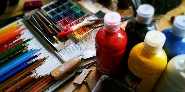 Verschiedene Maluntensilien für Bilder zum Kunst mieten