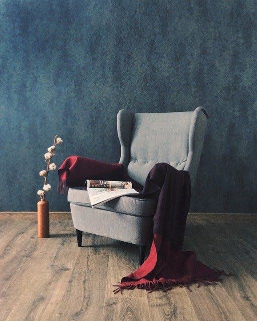 grauer IKEA Sessel mit Plaid