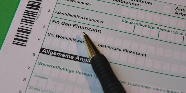Formular für die Steuerklärung, auf dem ein Kugelschreiber abgelegt ist