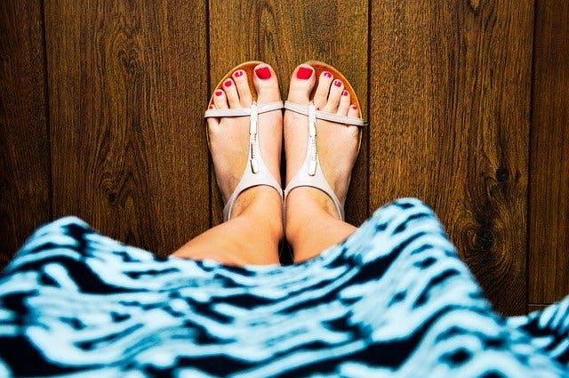Frauenfüße in Sandalen.