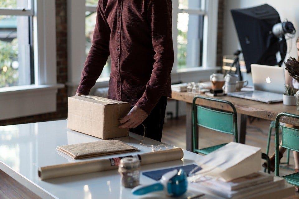 Paket auf Schreibtisch