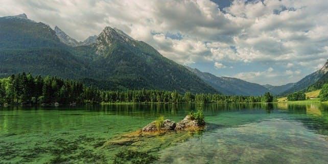Der Hintersee in Bayern in all seinen grünen und blauen Farben