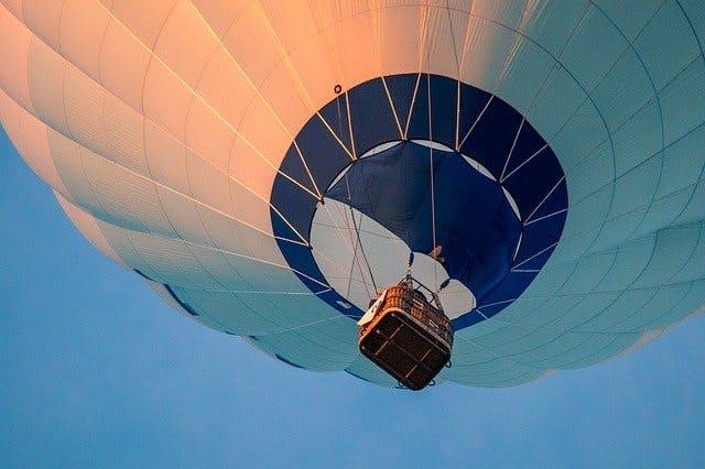 Startender Heißluftballon von unten.