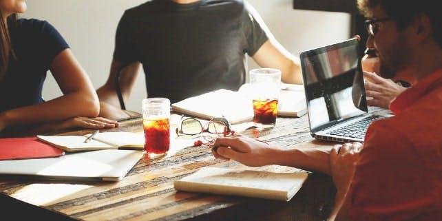 Hitze im Büro wird mit kühlen Getränken bekämpft