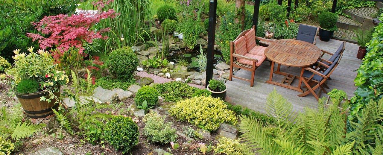 Garten mit Holzterrasse und Holzmöbeln