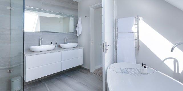 ein sauberes weißes Bad
