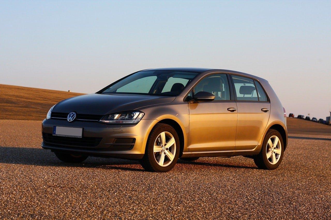 Silberner VW Golf im warmen Licht eines Sonnenuntergangs