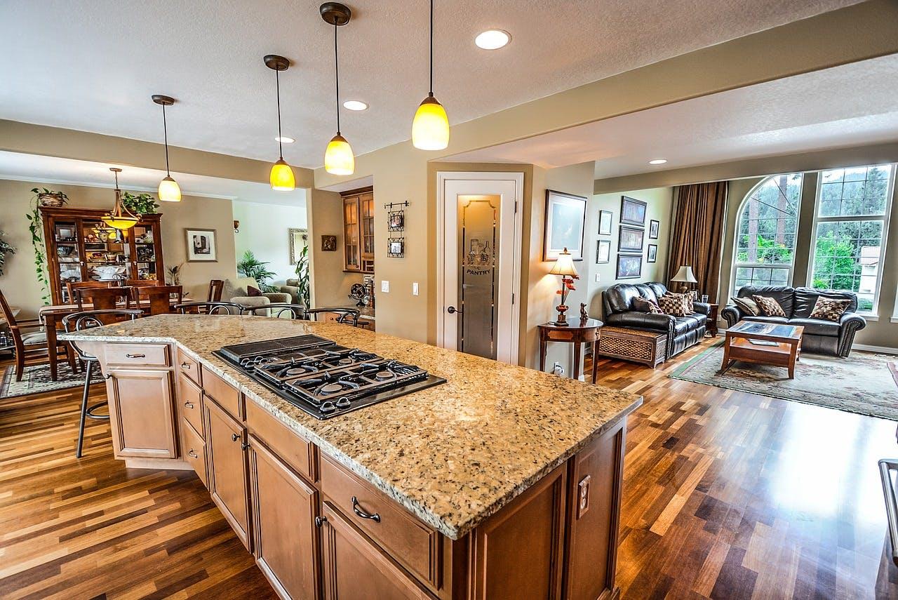 Aparte Deckenlampen in einer offenen Küche