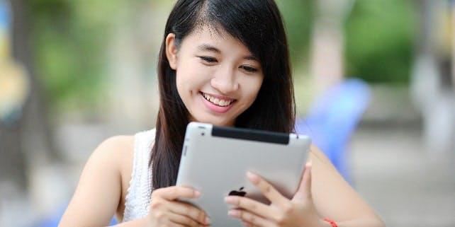 Eine Frau lächelt in ihr iPad