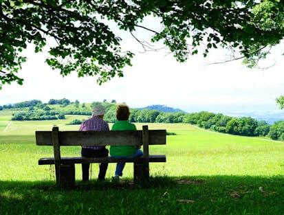 Ehepaar auf einer Bank sitzend