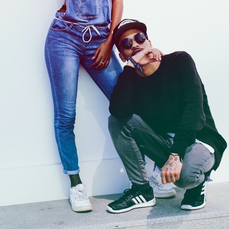 Frau und Mann mit Jeans, Chinos und Pullover