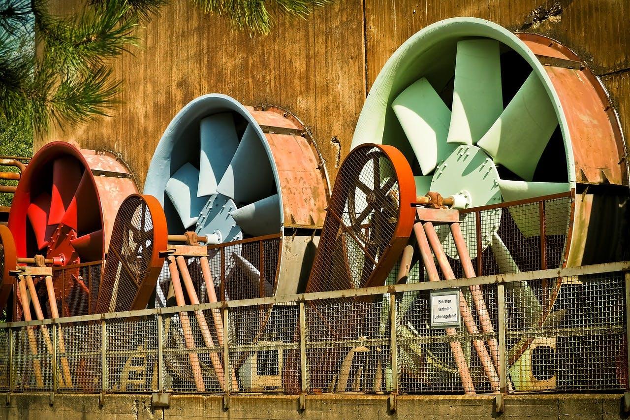 Drei Wasserkraft Turbinen