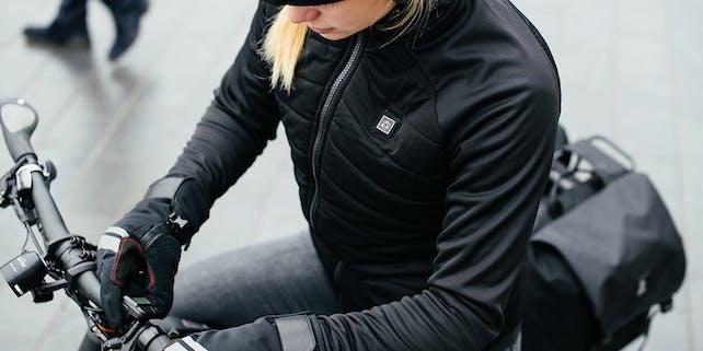 Frau von oben auf dem Fahrrad mit Handschuhen