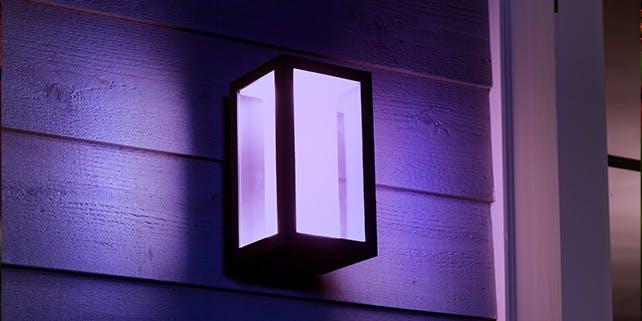 Außenwandleuchte mit lila Licht