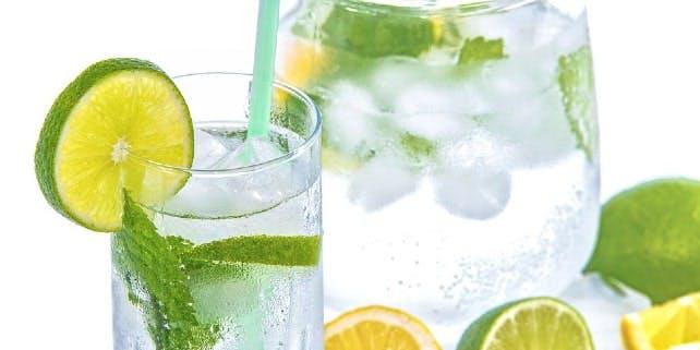 Gegen die Hitze im Büro helfen Erfrischungsgetränke