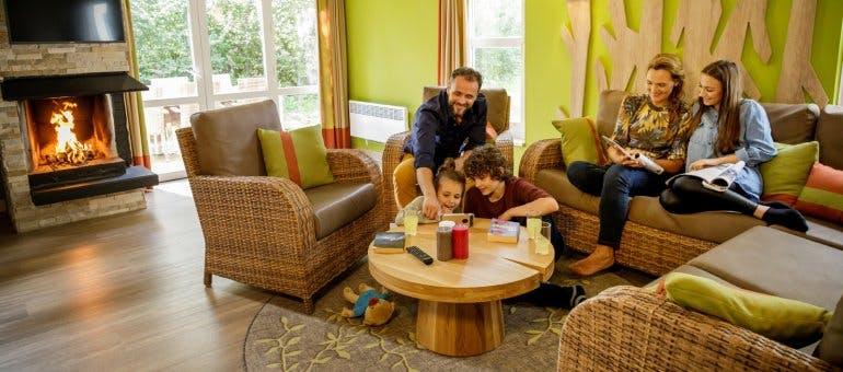 Familie amüsiert sich in einem Center Parcs Ferienhaus
