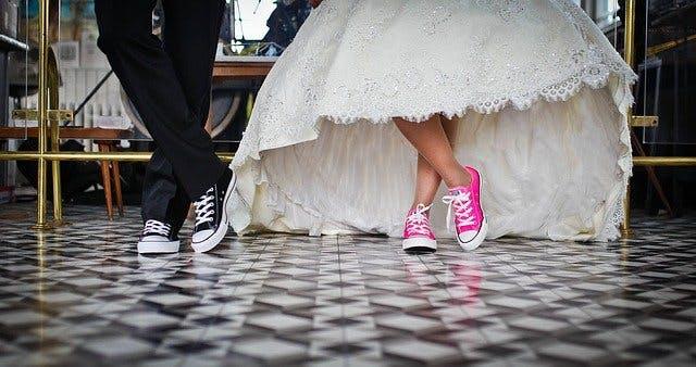 Hochzeitspaar in Sportschuhen.