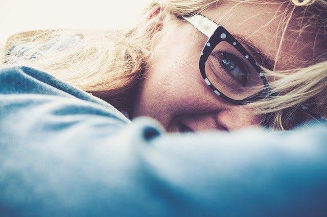Frau mit modischer Brille