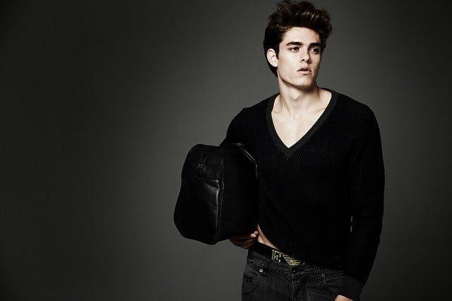 Männliches Model mit Tasche