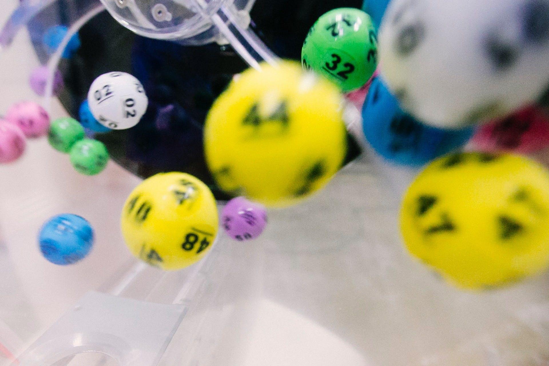 Fliegende, bunte Lottokugeln