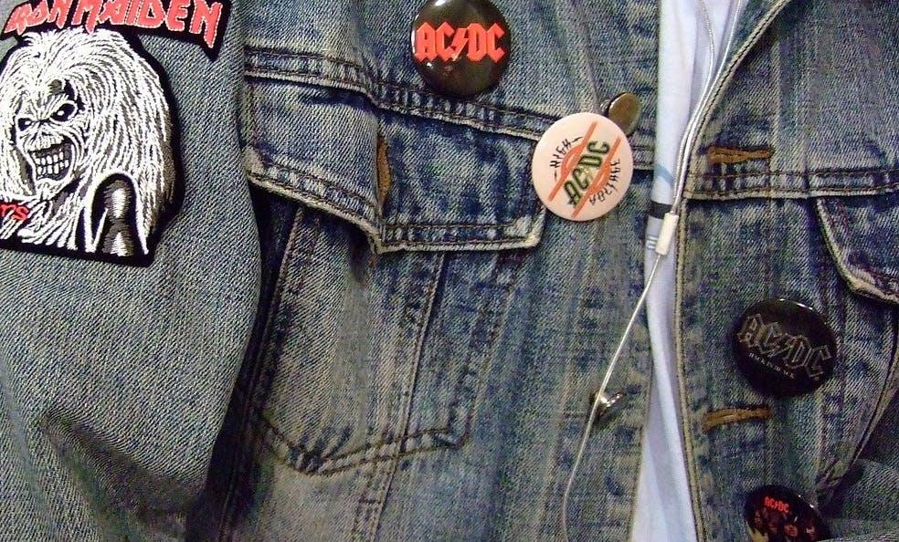 Jeansjacke mit verschiedenen Aufnähnern und Buttons von ACDC und Iron Maiden.