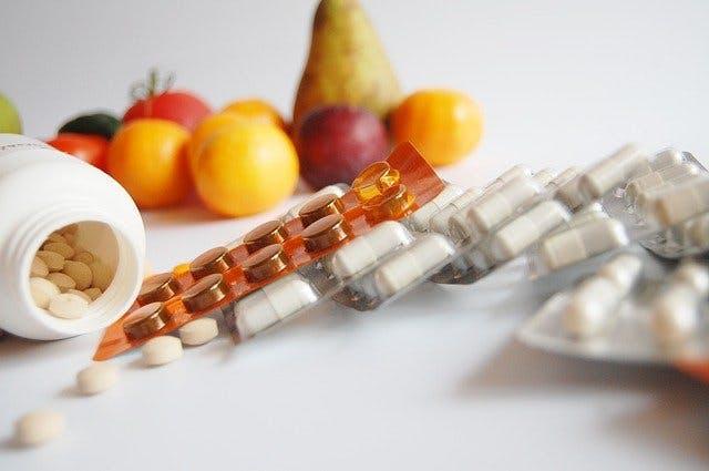 Tabletten neben Obst