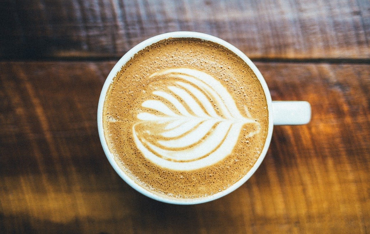 Tasse Kaffee mit kunstvollem Schaum-Arrangement