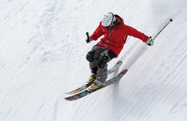 Skifahrer bei steiler Abfahrt