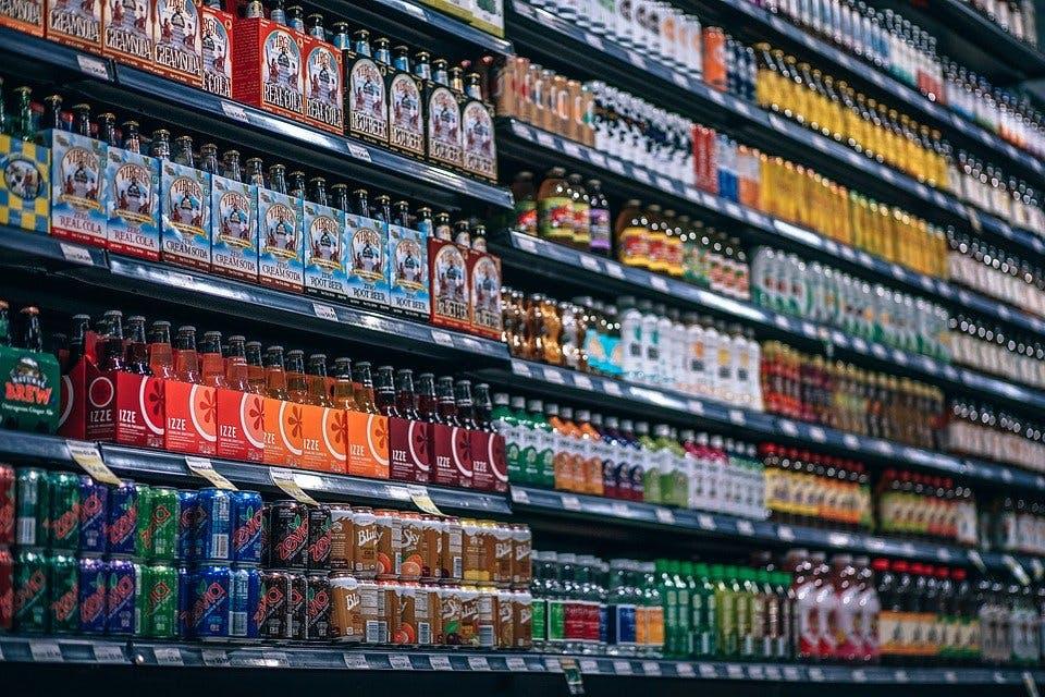 Supermarktregal mit Getränken