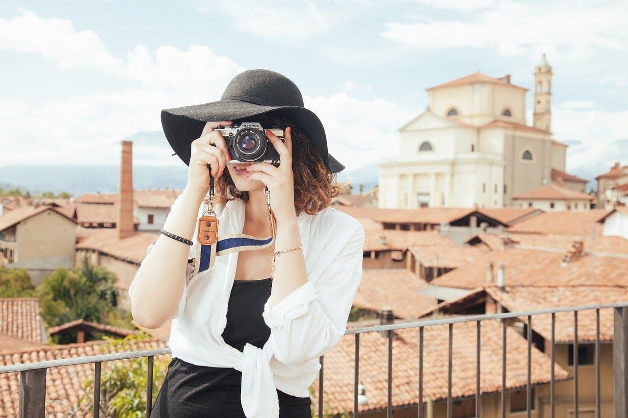 Frau mit Hut fotografiert