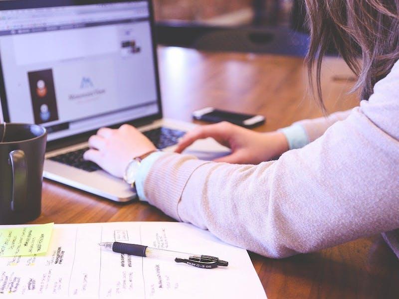 Eine Frau arbeitet am Laptop