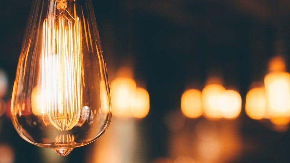 Eine LED-Lampe scheint am Abend