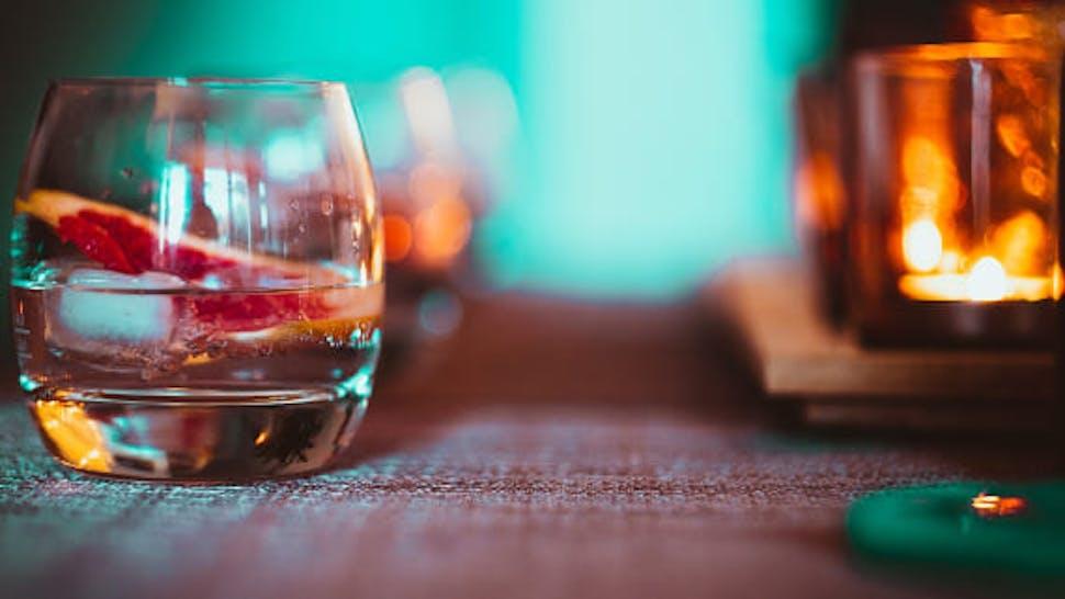 Gin auf Eis in einem Glas auf dem Tisch