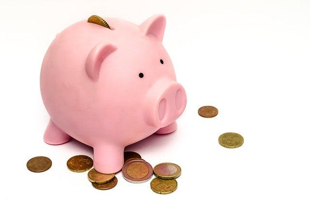 Rosa Sparschwein mit Münzen