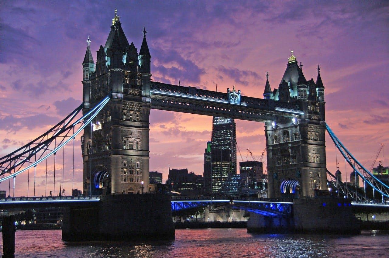 Tower Bridge in London zur Abenddämmerung