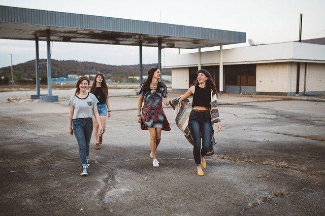 vier Frauen modisch gekleidet