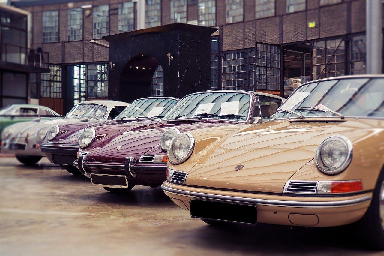 Porsche Oldtimer in verschiedenen Farben aufgereiht