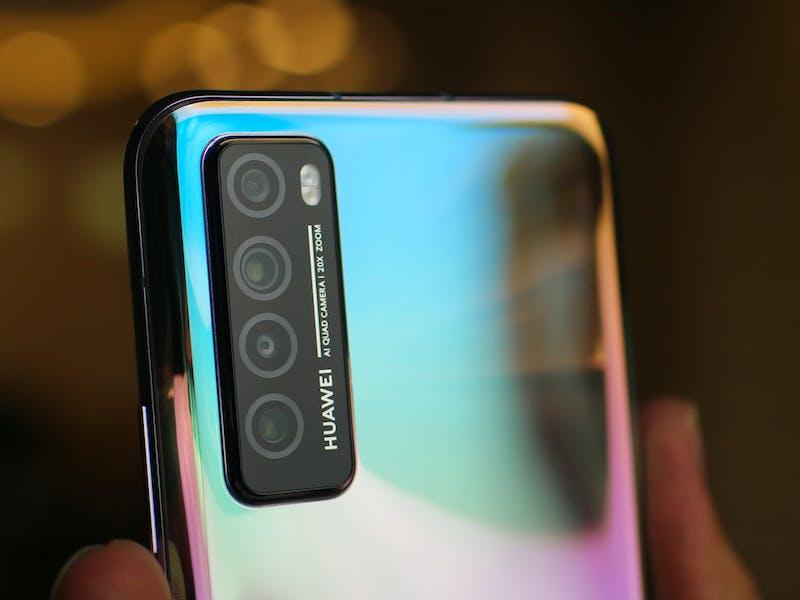 Nahaufnahme der Kameralinsen an einem Huawei Handy