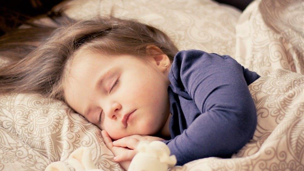 Kind schläft friedlich