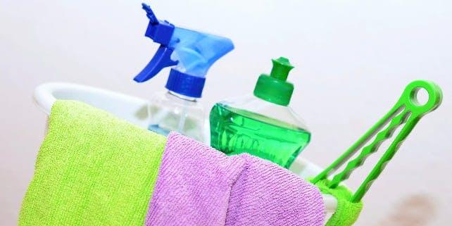Putzeimer mit Lappen und Reinigern