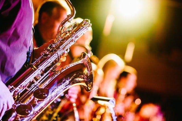 Musiker mit Saxophon und anderen Instrumenten auf der Bühne.