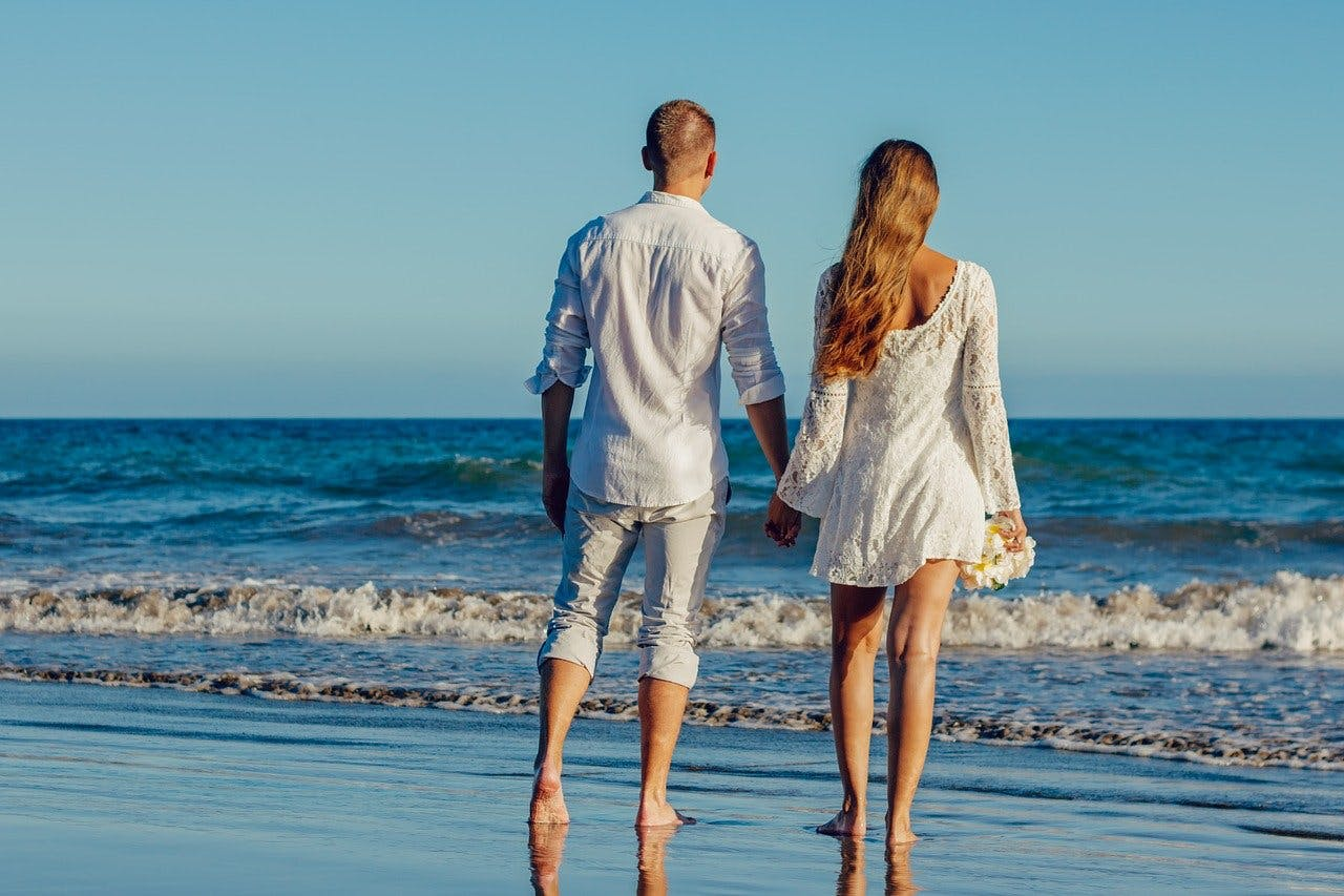 Händchenhaltendes Paar am Strand