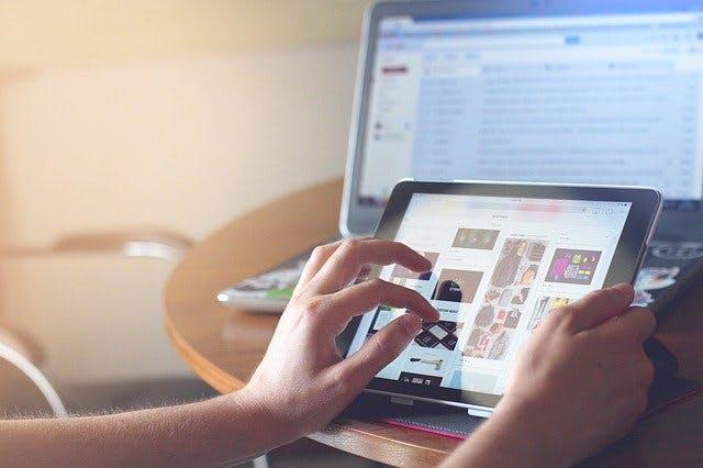 Tablet und Laptop