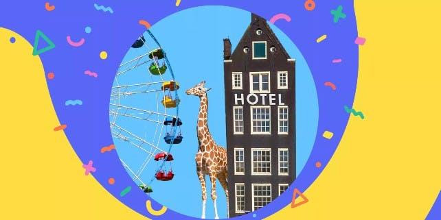 Eine Giraffe vor einem Hotel