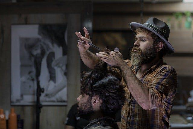 Mann schneidet Mann Haare- Barber Shop