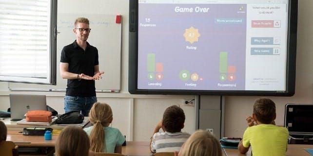 Ein Lehrer unterrichtet in der Schulklasse