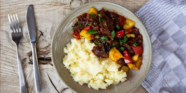 Rehgulasch mit Gemüse und Kartoffelpüree