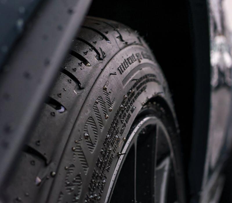 Reifen mit Felge an Auto