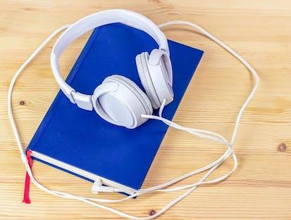 Kopfhörer auf blauem Buch