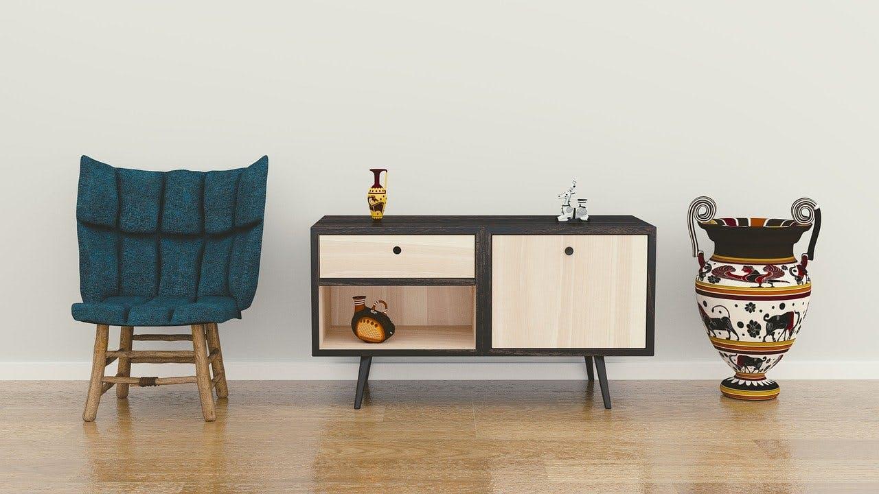 Stuhl, Sideboard und Vase